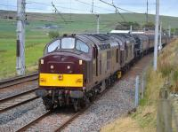West Coast 37669 enters the Up loop at Abington with dead 37516 and 44871 in steam plus the returning stock from Fort William to Carnforth 031017.<br> <br> <br><br>[Bill Roberton 03/10/2017]